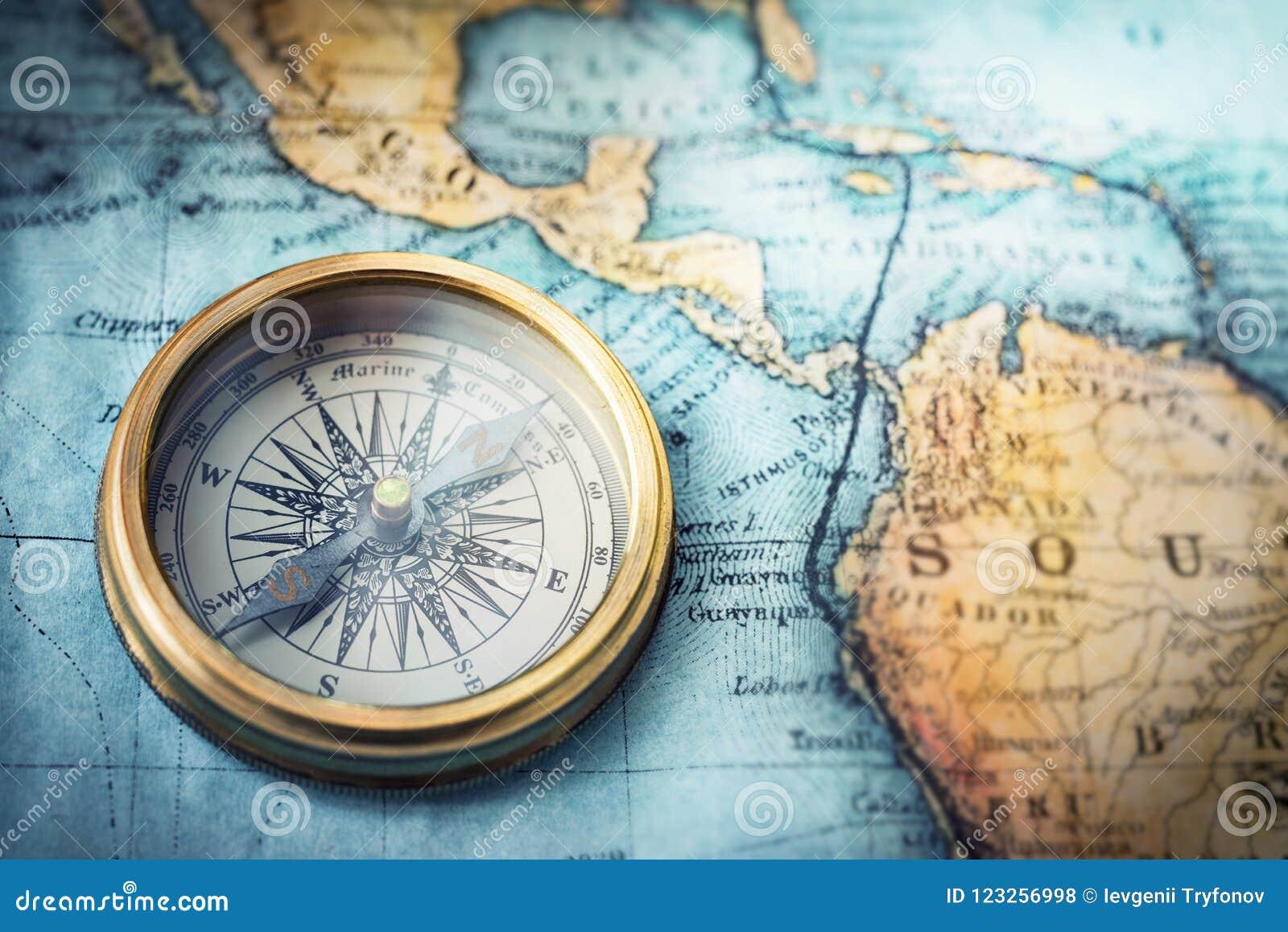 Magnetisk kompass på världskarta Lopp geografi, navigering, tou