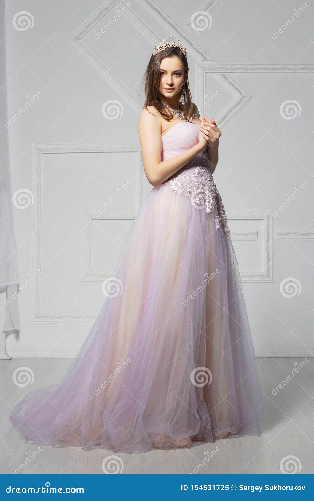 Magnifique jeune femme posant dans le studio
