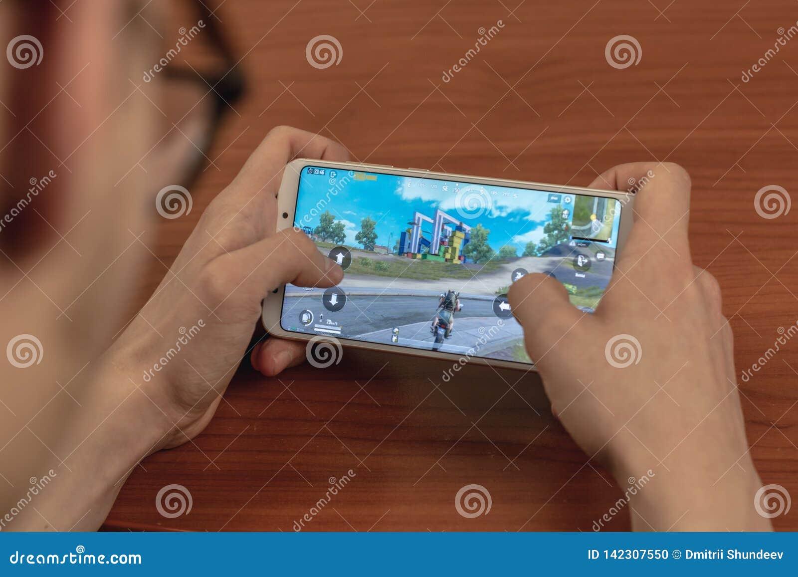 Magnitogorsk, Ρωσία - 14 Μαρτίου 2019: Ένας νεαρός άνδρας παίζει Pubg κινητό: Τα πεδία μάχης του PlayerUnknown κινητά είναι ελεύθ