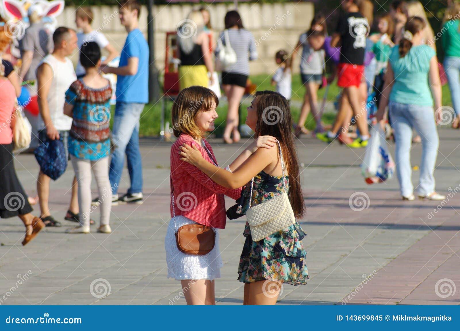 Magnitogorsk Ryssland, - Augusti, 22, 2014 Dans för två flickor bland folk som går i stadfyrkanten