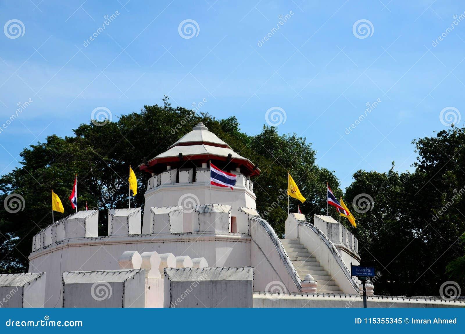 Mahakan fortväggar och thailändsk flagga nära Saen Saepcanal Bangkok Thailand