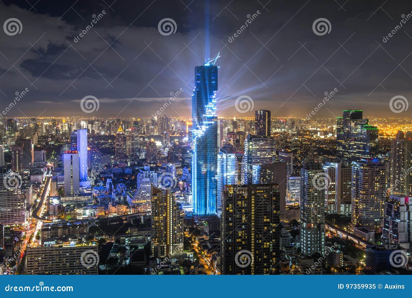 Mahanakorn wierza przy Bangkok miastem z linią horyzontu przy nocą, Tajlandia