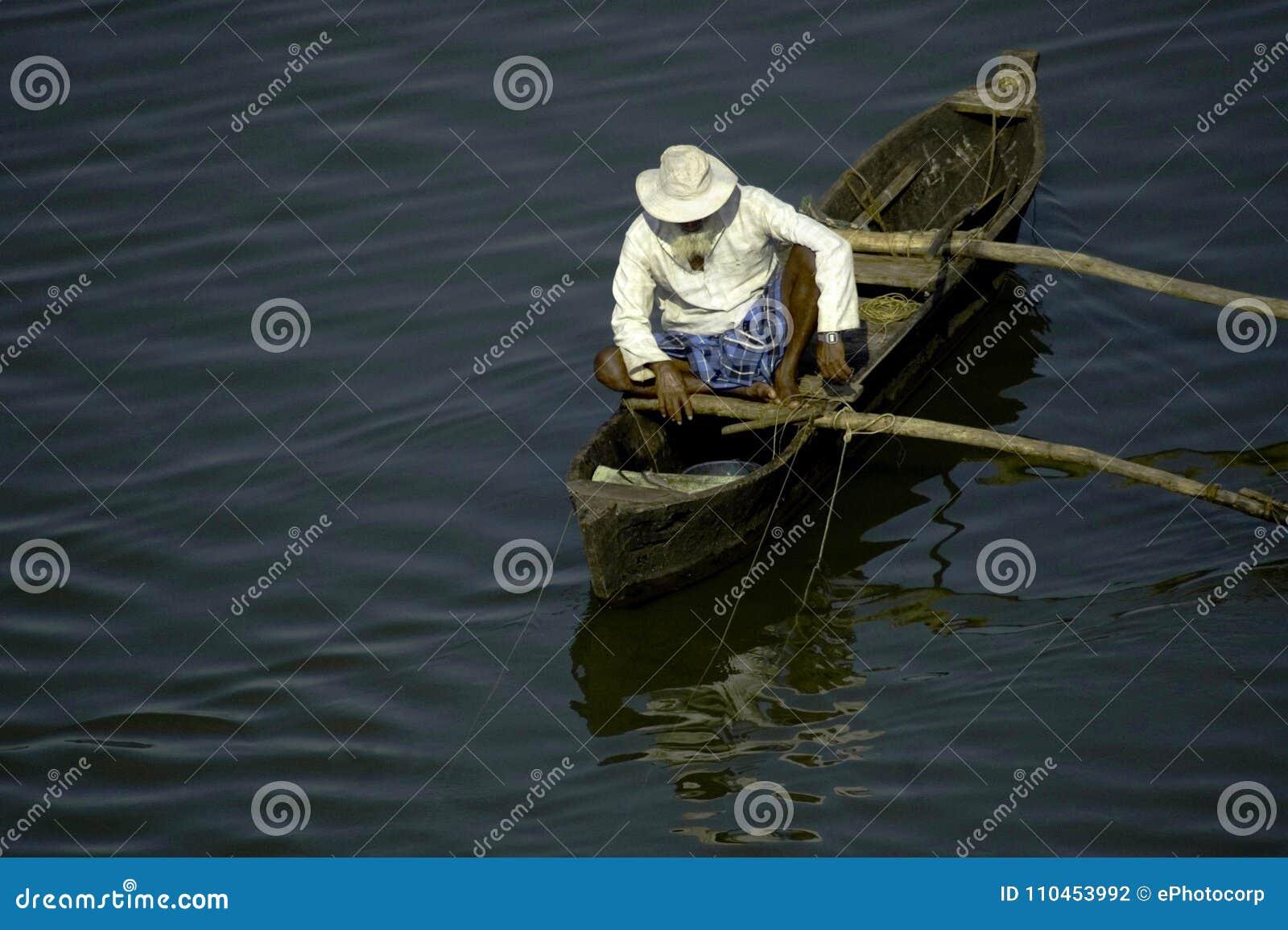 Maharashtra Indien, Oktober 2010, manfiske med linjer på hans fartyg