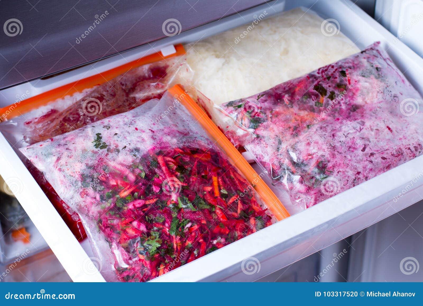 Mahlzeiten in den Taschen im Kühlschrank