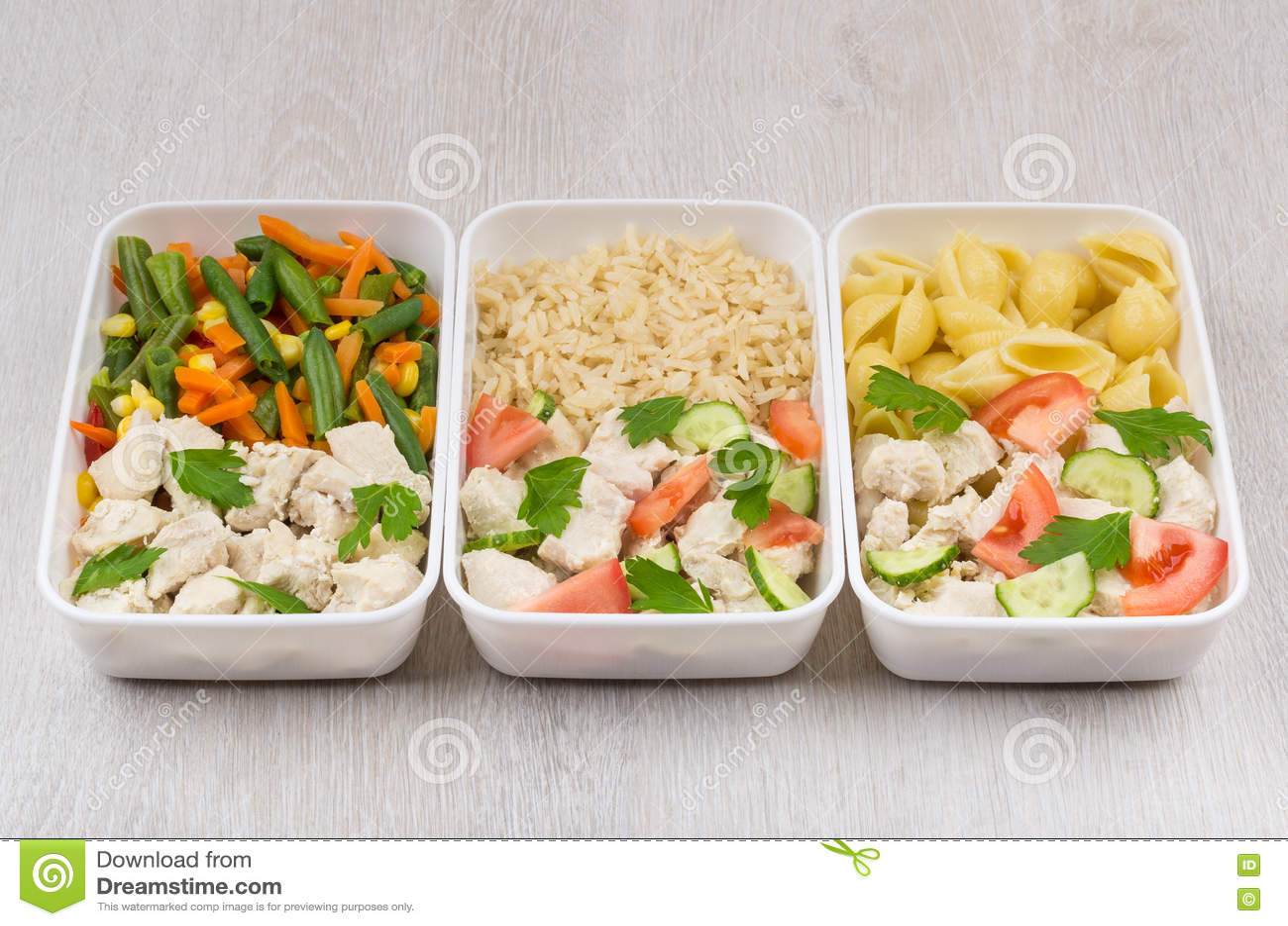 Mahlzeiten des Huhns mit unterschiedlicher Beilage in den Plastikbehältern