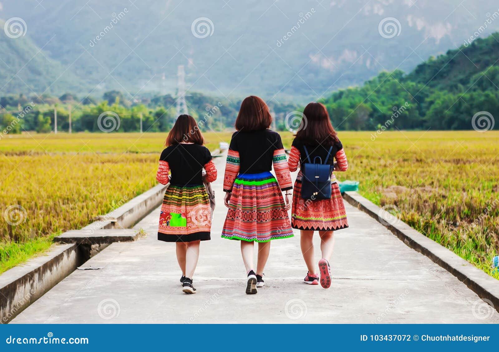 Mai Chau, Vietnam - 4 novembre 2017 : Femmes de minorité ethnique de mong de ` de H elle derrière arrière, Mai Chau, Hoa Binh, Vi