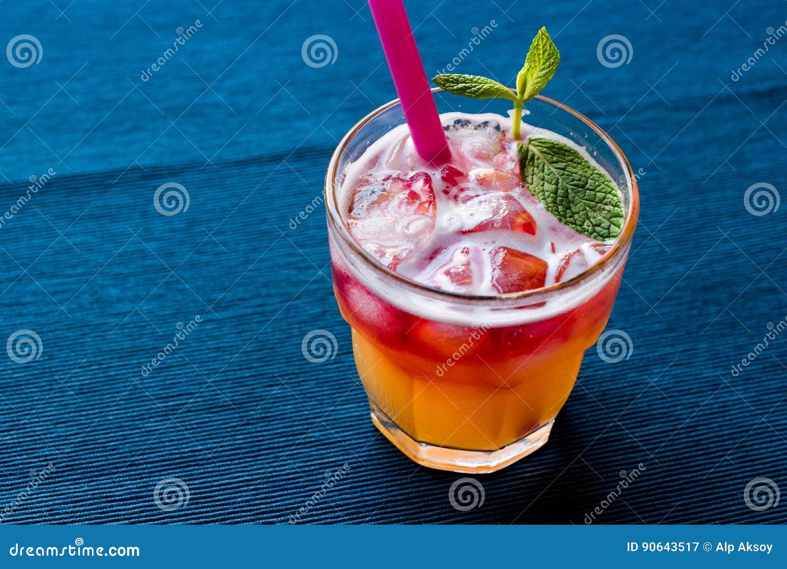 Mai Tai Cocktail met muntbladeren en ijs