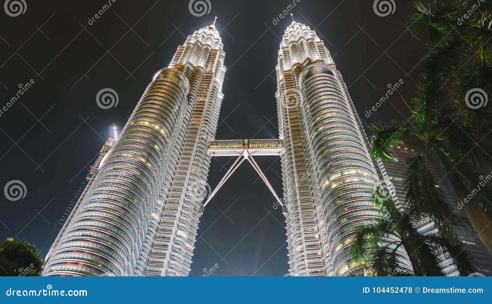 13 mai 2017 : Tours jumelles de Petronas la nuit en Kuala Lumpur, Malaisie