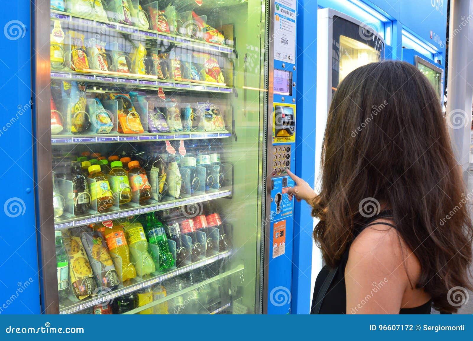 MAILAND, ITALIEN - 19. JULI 2017: Nicht identifizierter junger Student oder weiblicher Tourist, die einen Snack oder ein Getränk