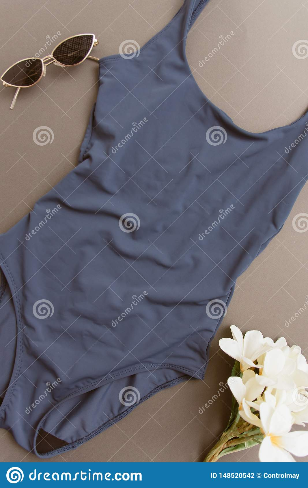 Maillot de bain bleu sur un fond beige