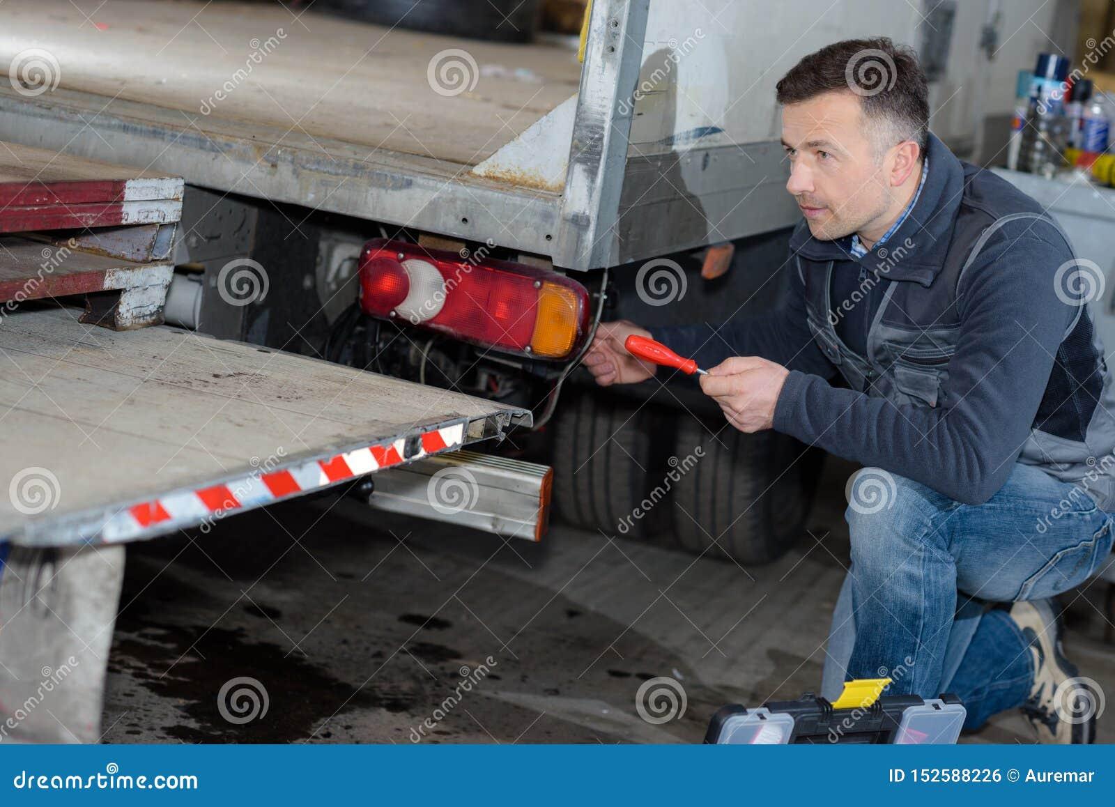 Mailman rozładowywa doręczeniową ciężarówkę