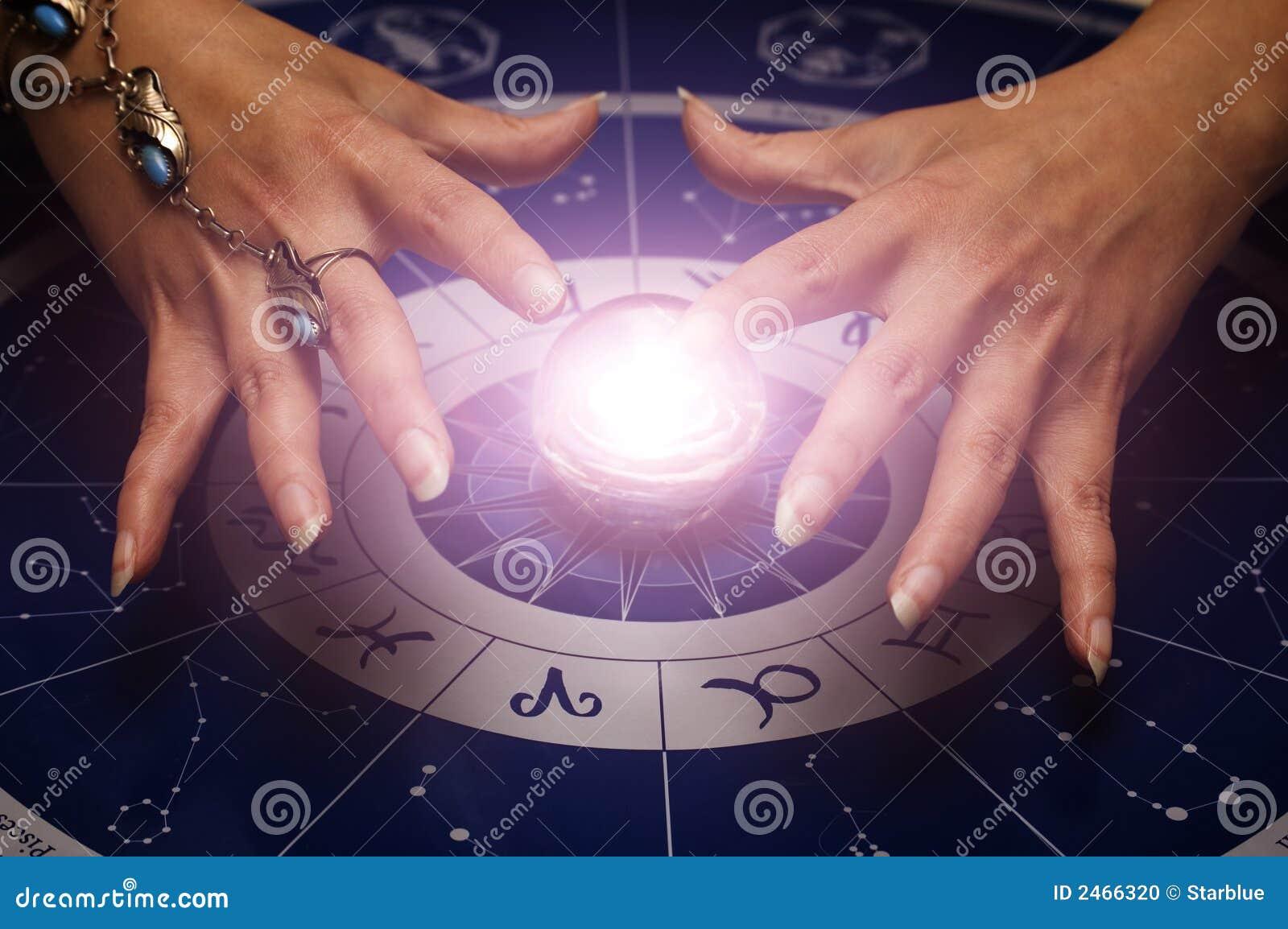Main au-dessus de sphère de magie