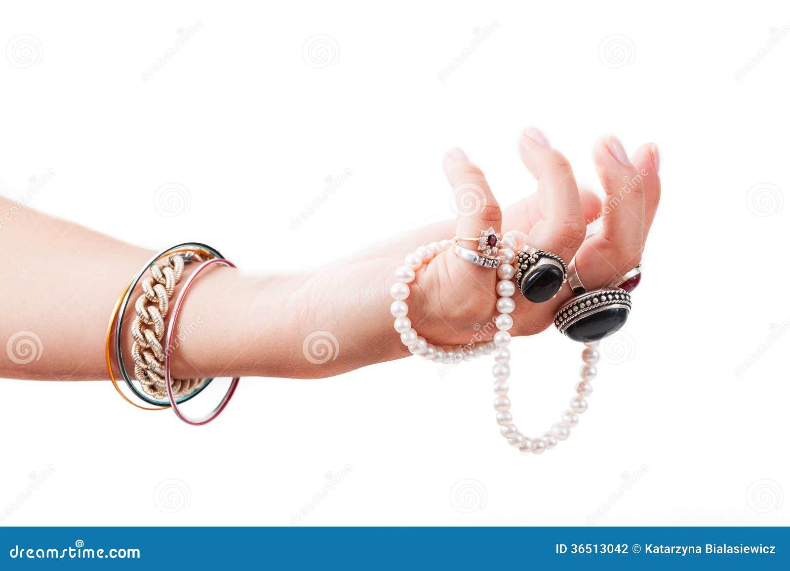 Main avec des bijoux