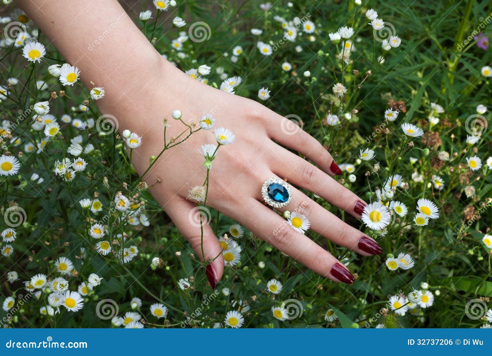 Main avec l anneau de saphir