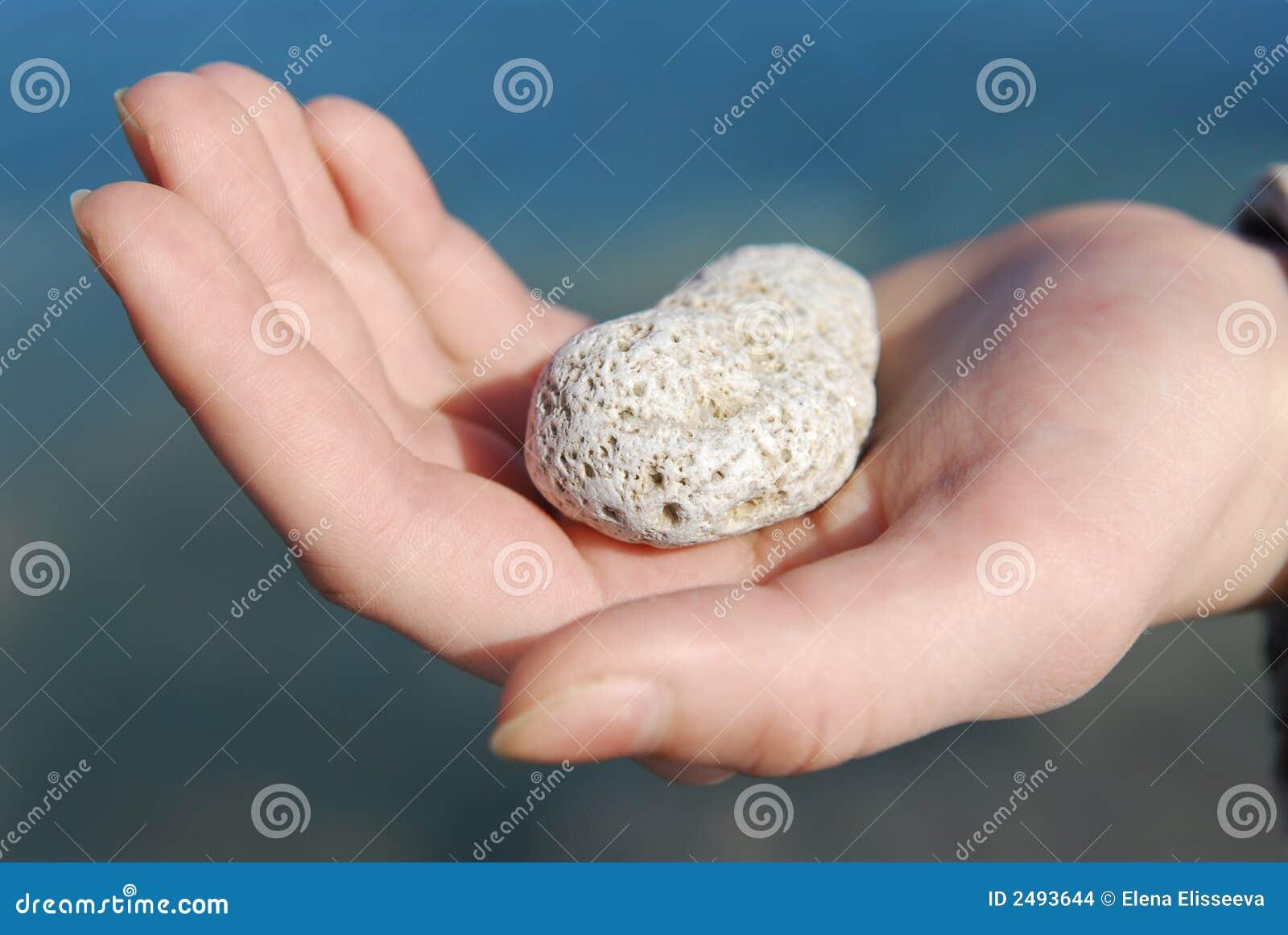 Main avec la pierre