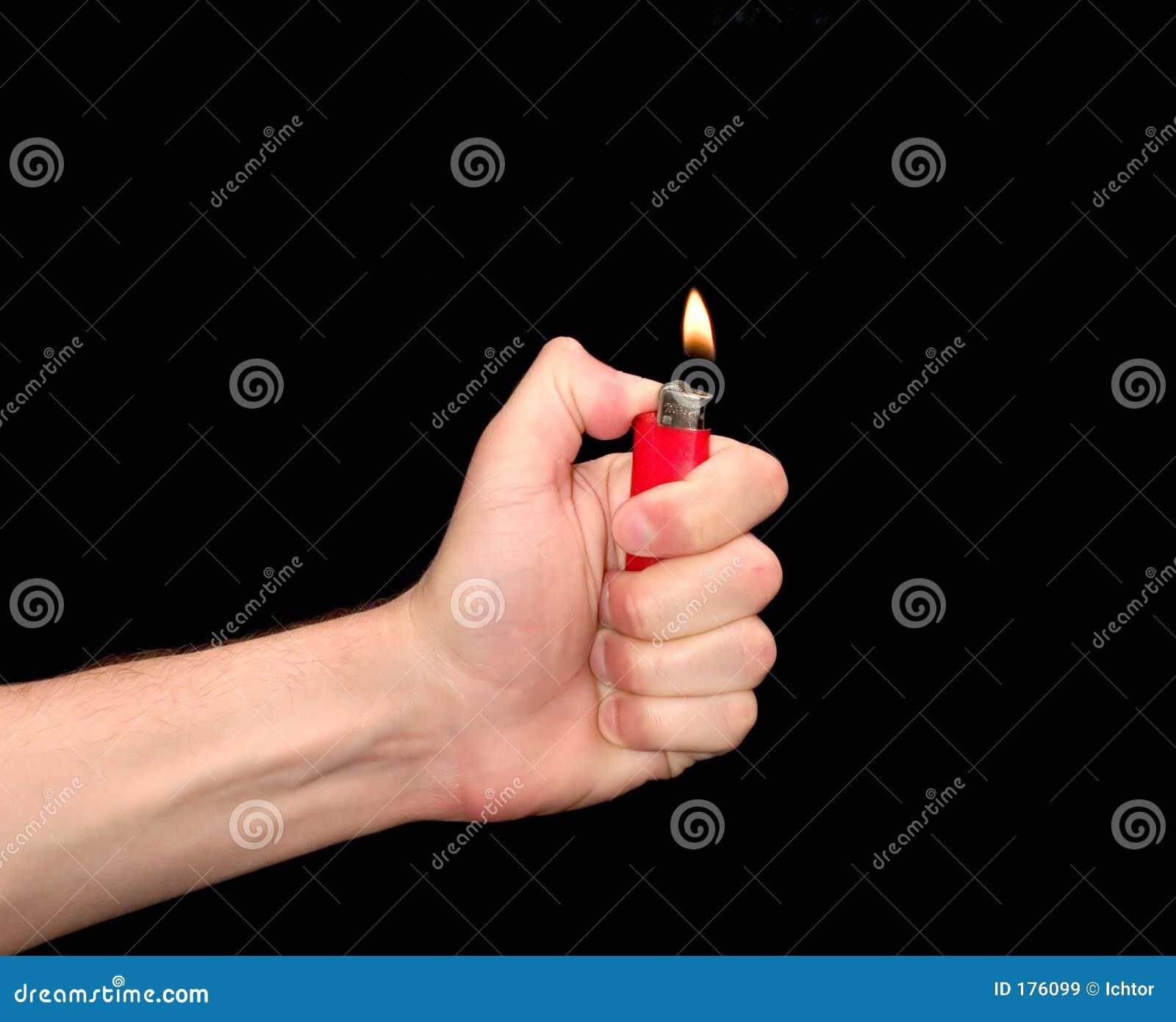 Main avec le briquet
