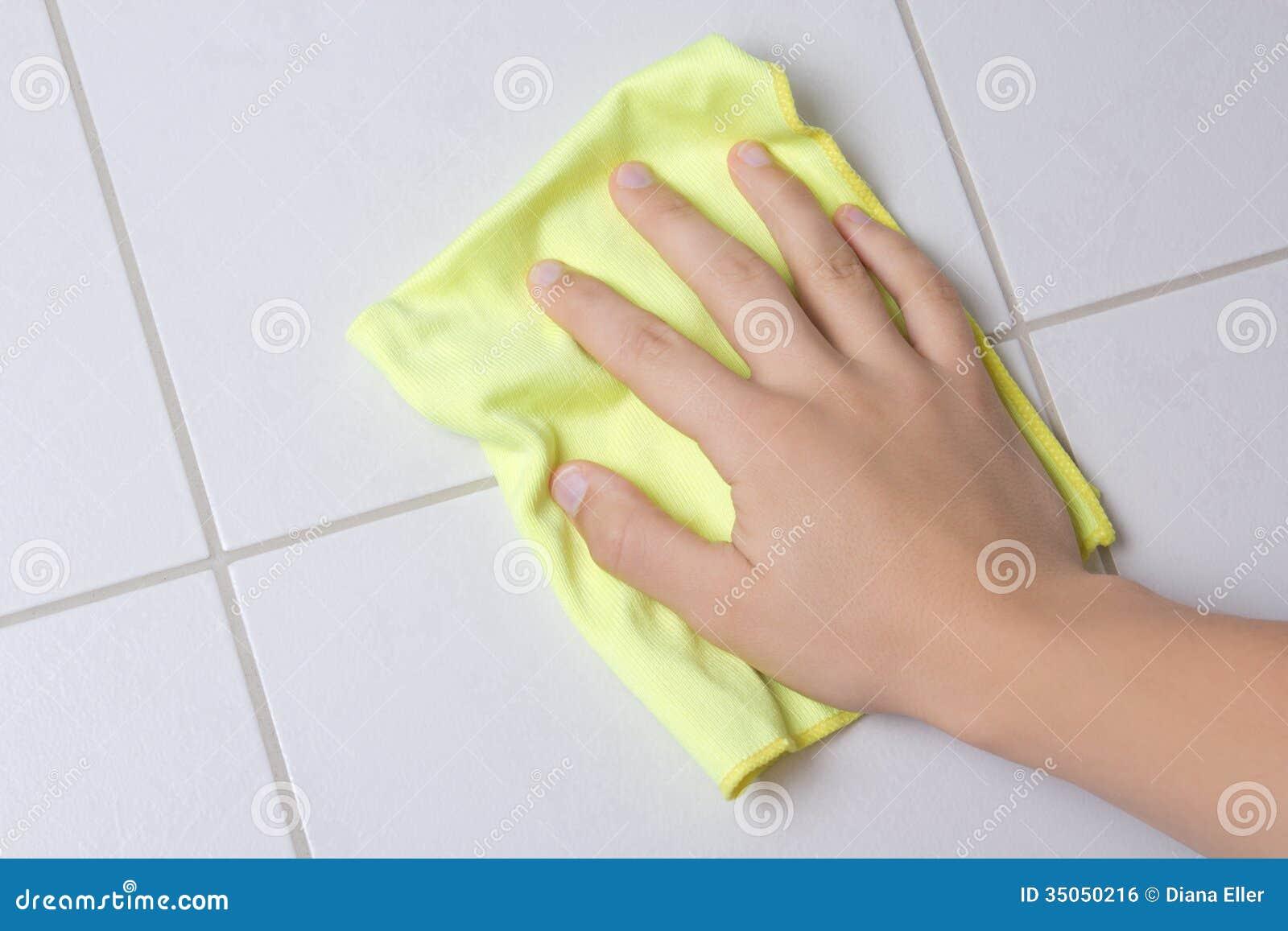 main avec le mur de tuile de nettoyage de chiffon photo stock image 35050216. Black Bedroom Furniture Sets. Home Design Ideas