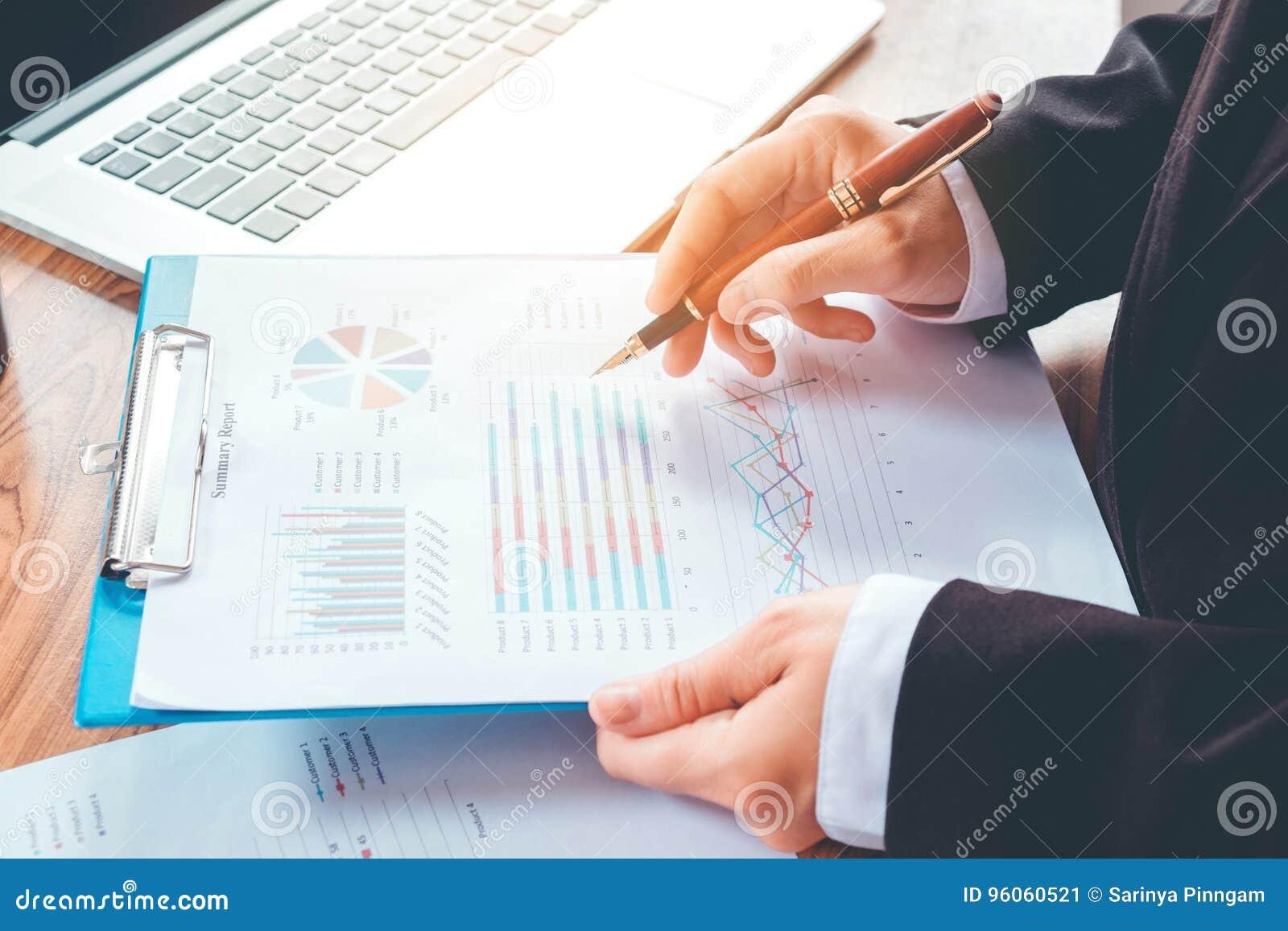 Main avec une écriture de stylo sur le papier d affaires Rapportez le diagramme