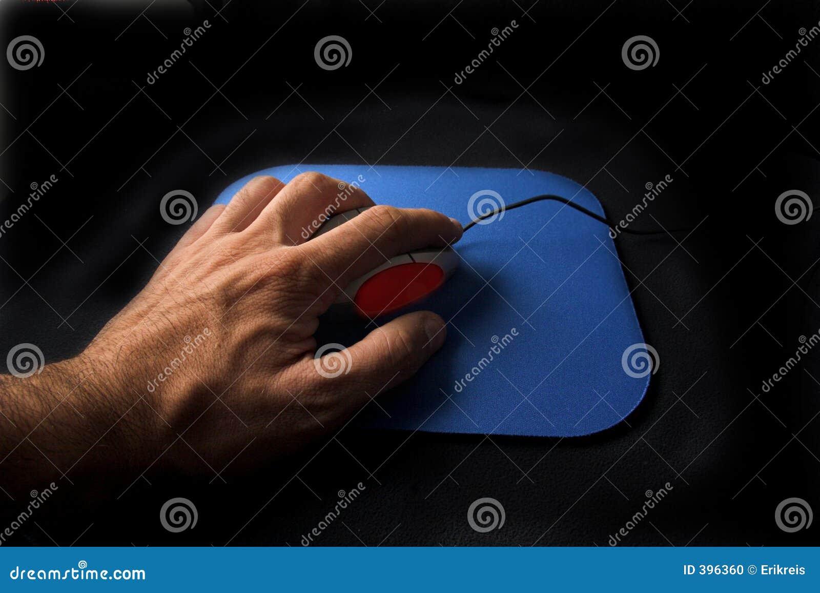 Main cliquetant sur une souris de défilement