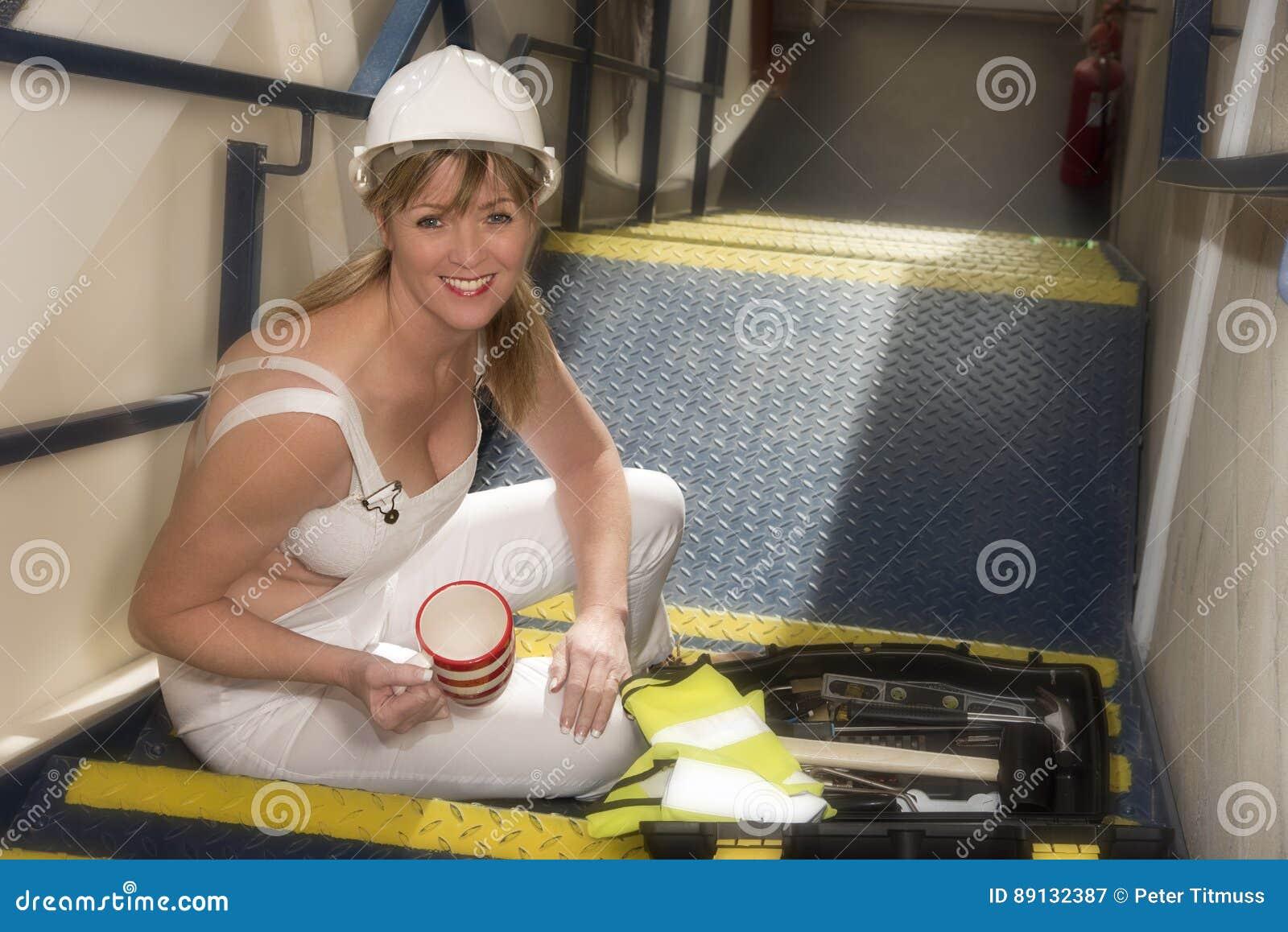 Main-d œuvre féminine prenant une pause café se reposant avec une boîte à outils