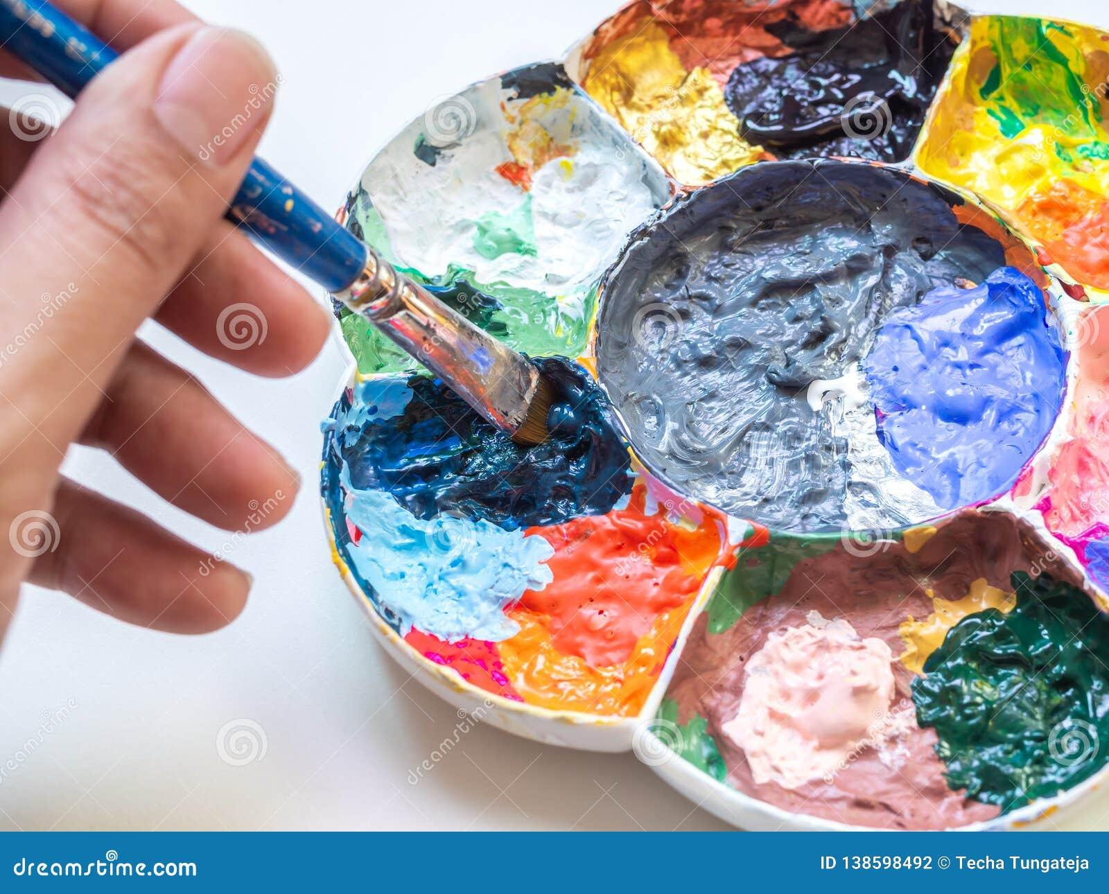 Main Dartiste Mélangeant La Couleur De Peinture Acrylique à La