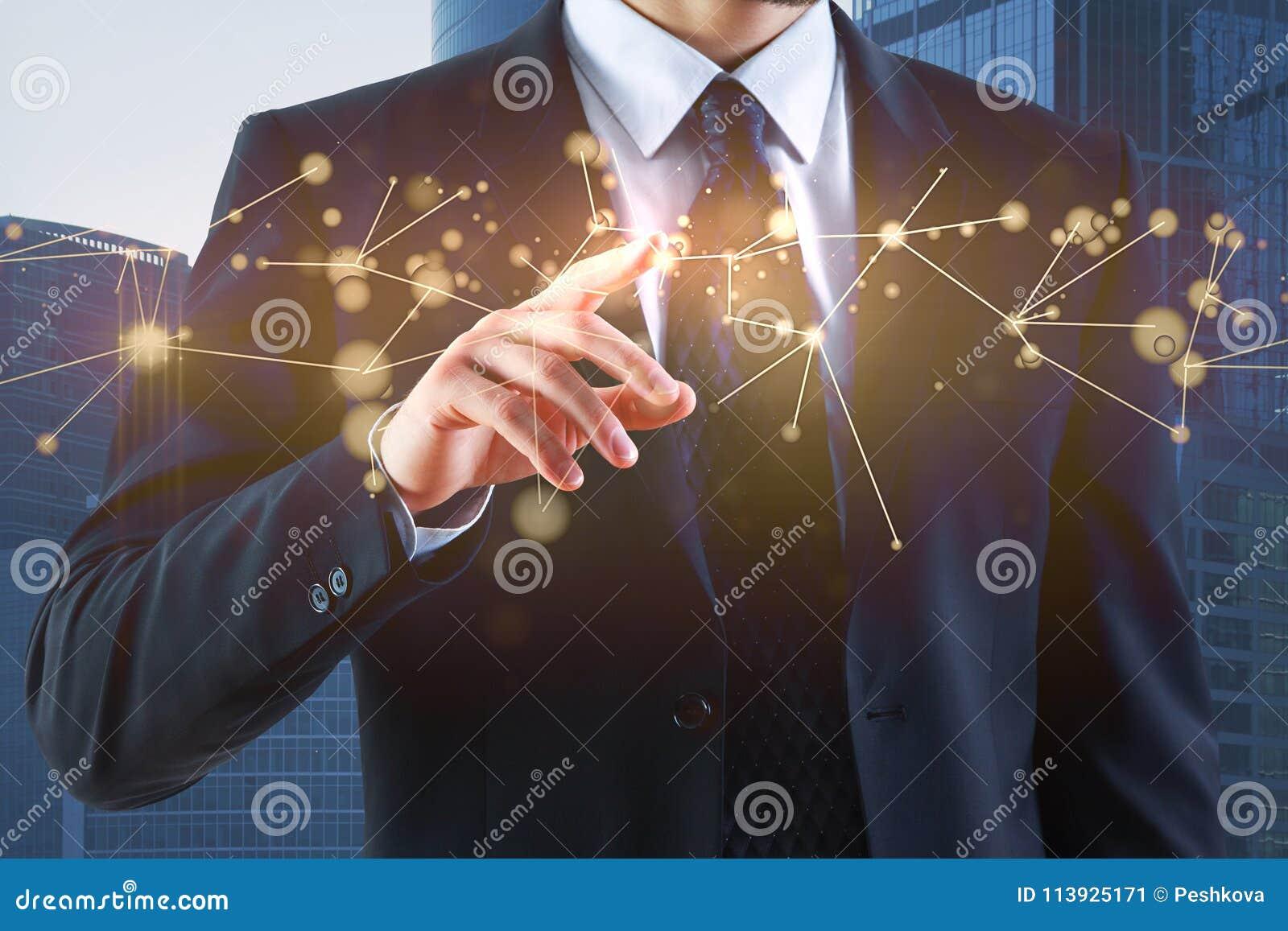 Main d homme d affaires se dirigeant à l hologramme