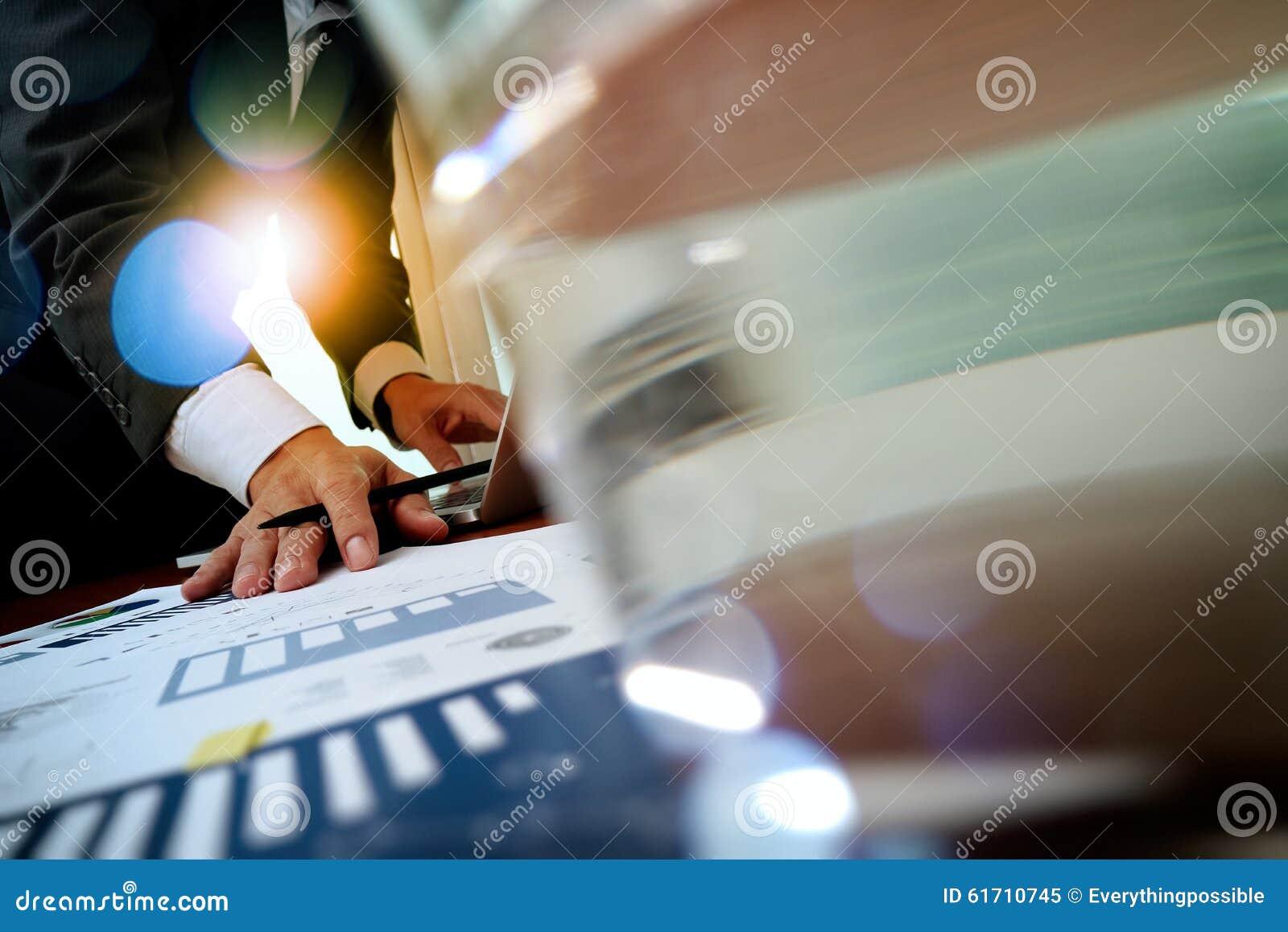 Main d homme d affaires travaillant sur l ordinateur portable avec le graphique de gestion