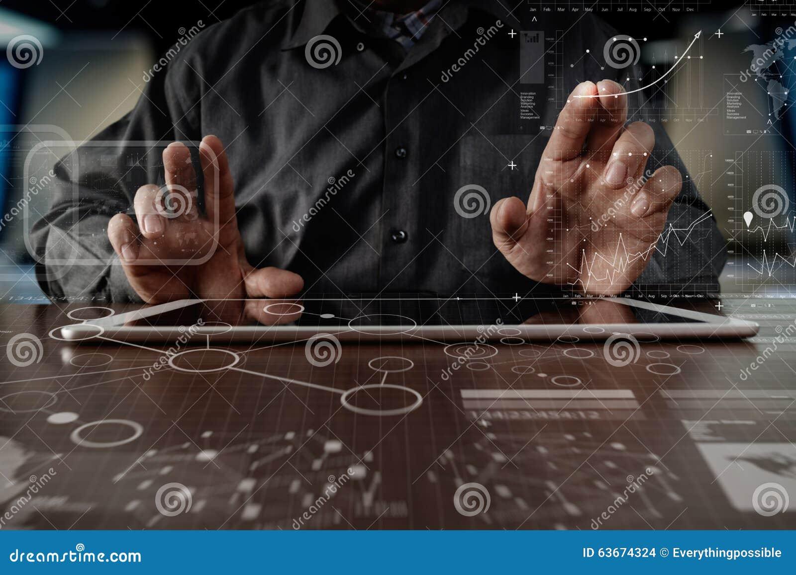 Main d homme d affaires travaillant sur la tablette numérique avec le digita