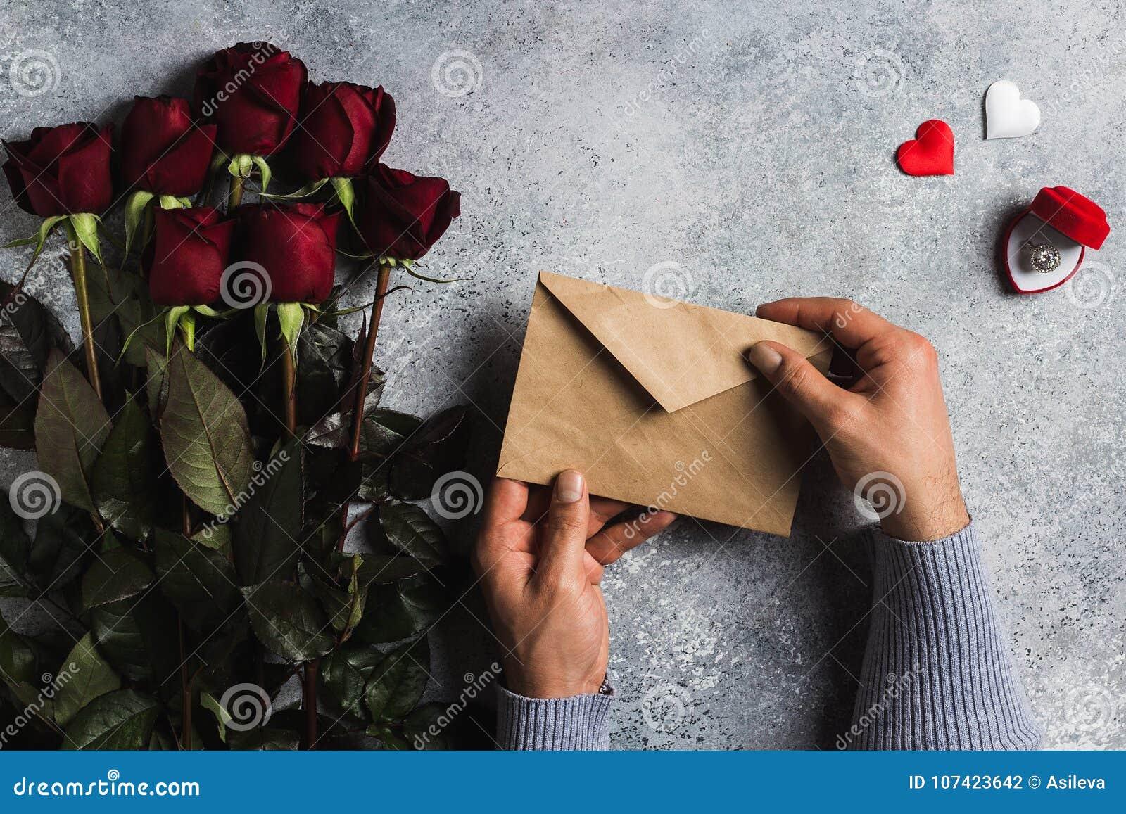 Main Dhomme De Jour De Valentines Tenant La Lettre Damour