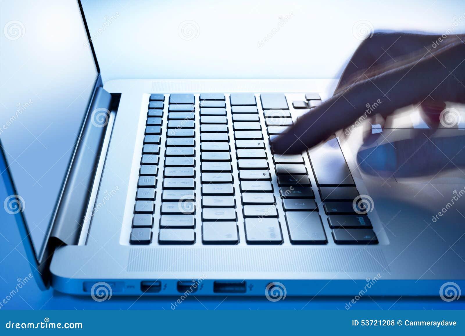 Main d ordinateur portable d ordinateur de gestion