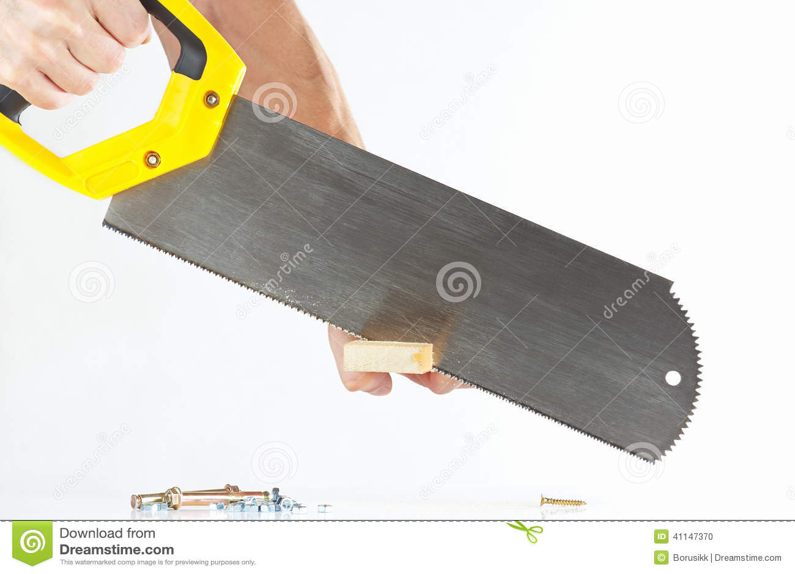 Main d un ouvrier coupant un bloc en bois avec une scie à main