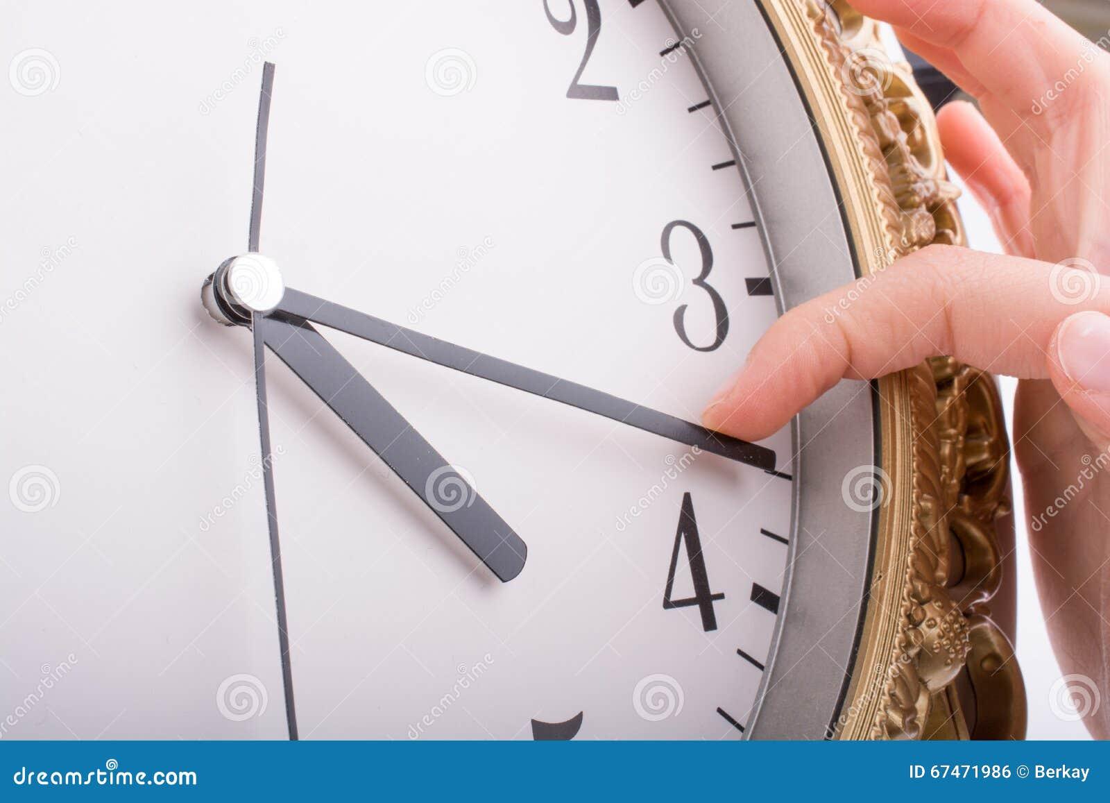 Main dans le contact avec une horloge