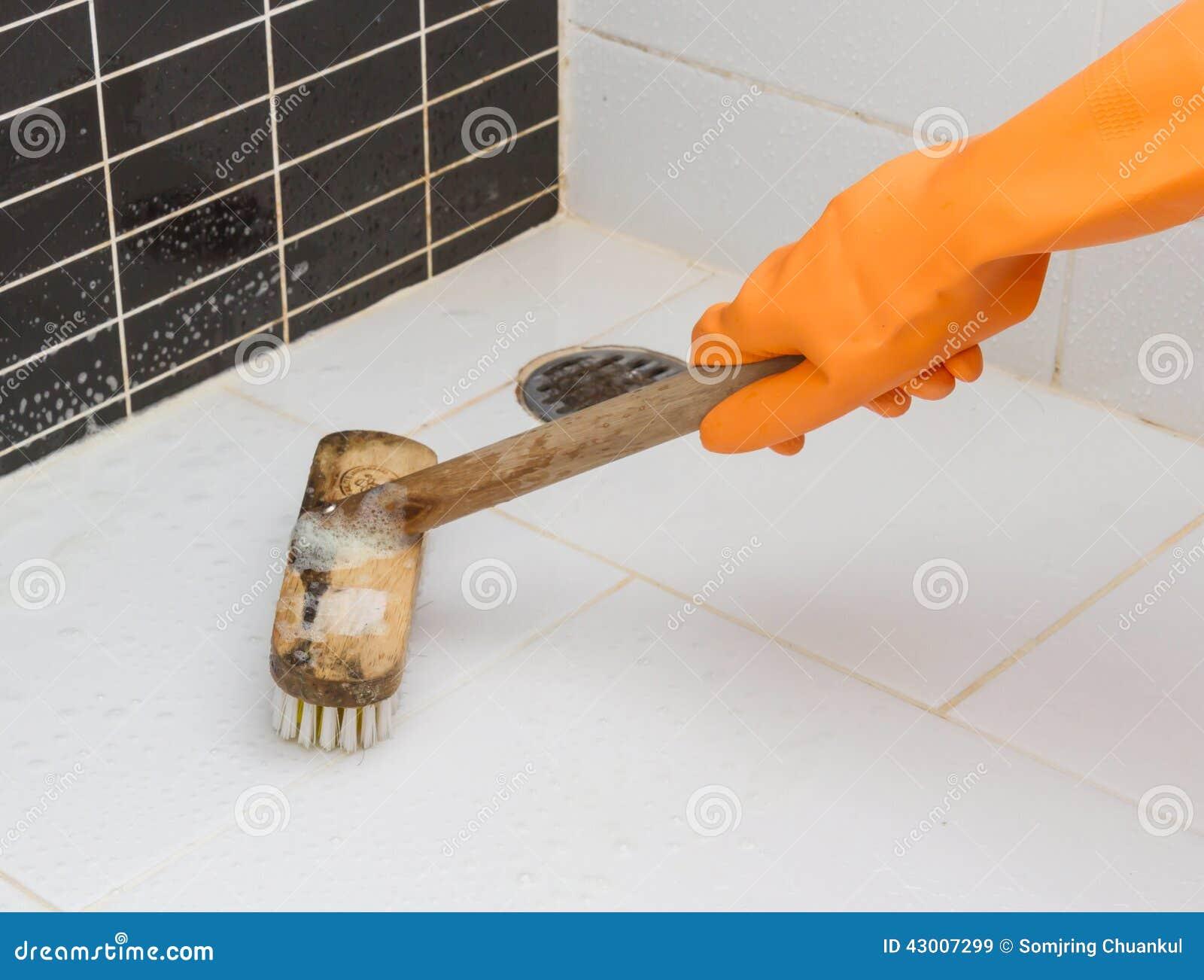 Main dans le plancher sale de gant de salle de bains for Nettoyage carrelage salle de bain