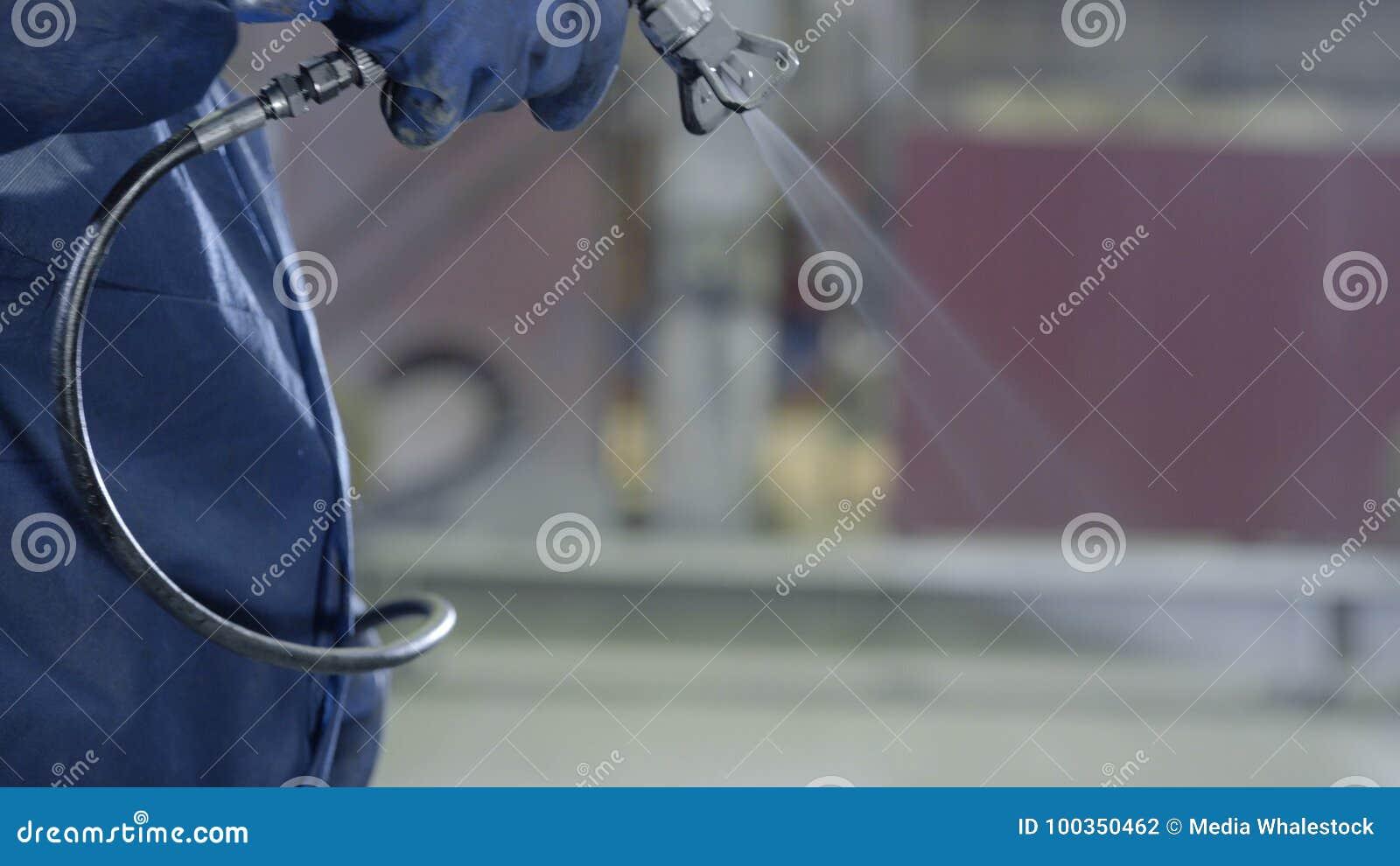 Main de bras jugeant le pistolet de pulvérisation industriel de taille utilisé pour la peinture et le revêtement industriels Main
