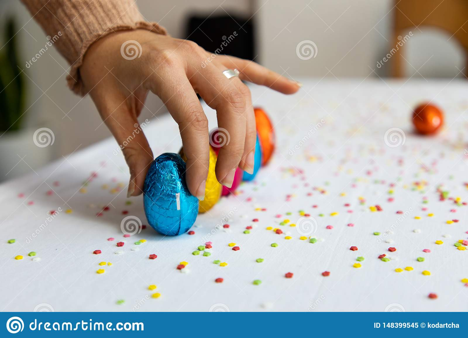 Main de femme installant les oeufs de p?ques color?s de chocolat