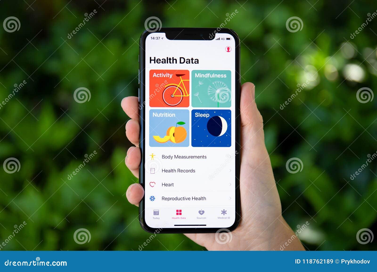 Main de femme tenant l iPhone X avec des données de santé d APP