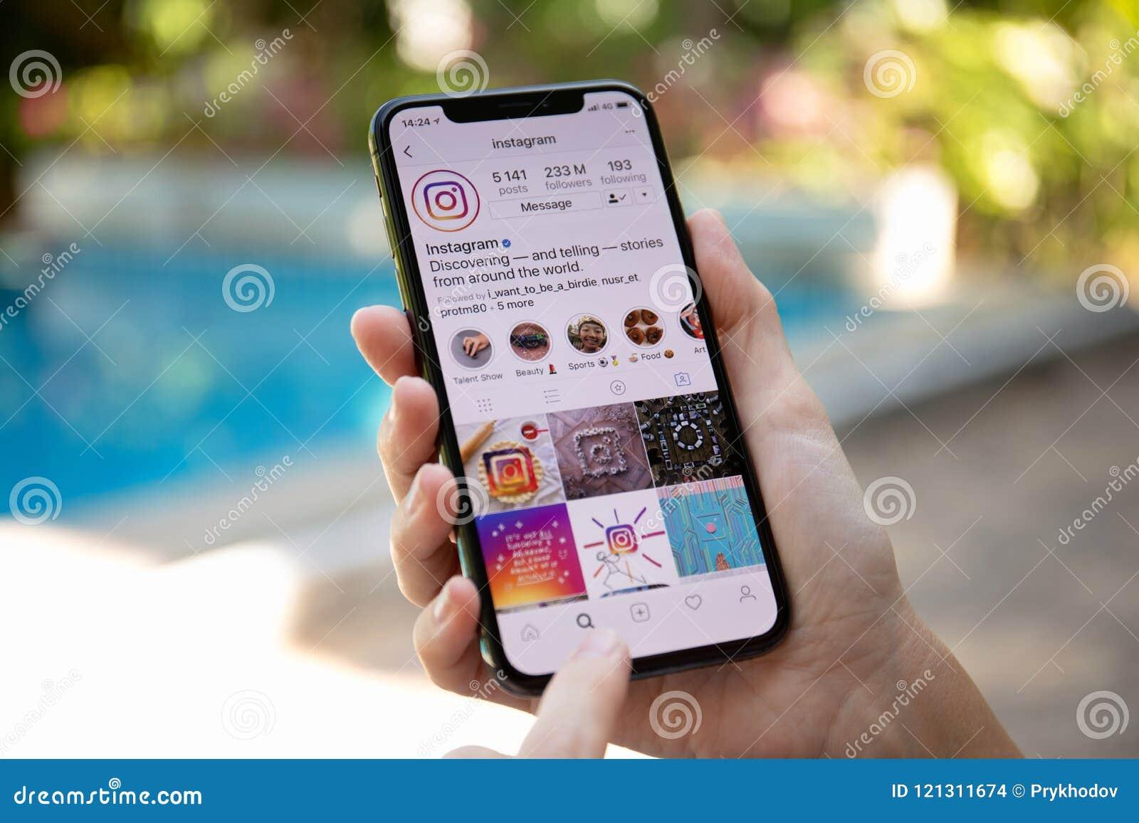 Main de femme tenant l iPhone X avec le service social Insta de mise en réseau