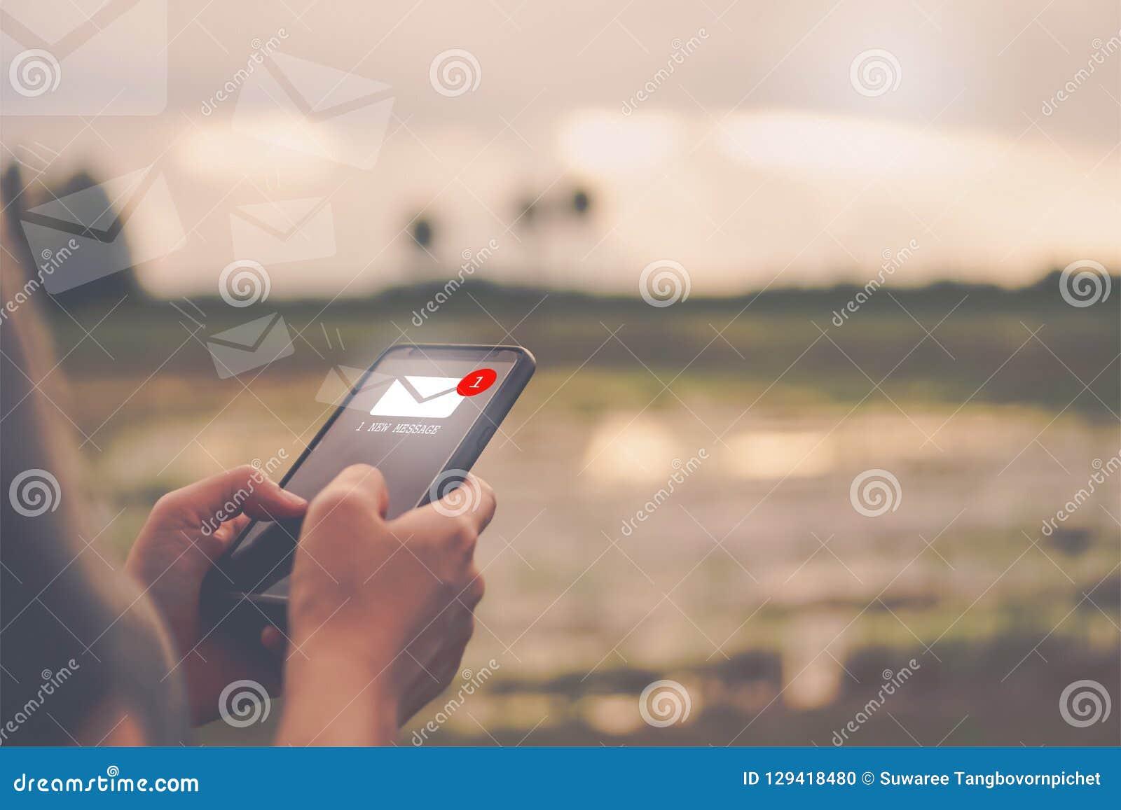 Main de femme utilisant le smartphone pour envoyer et recevoir l email