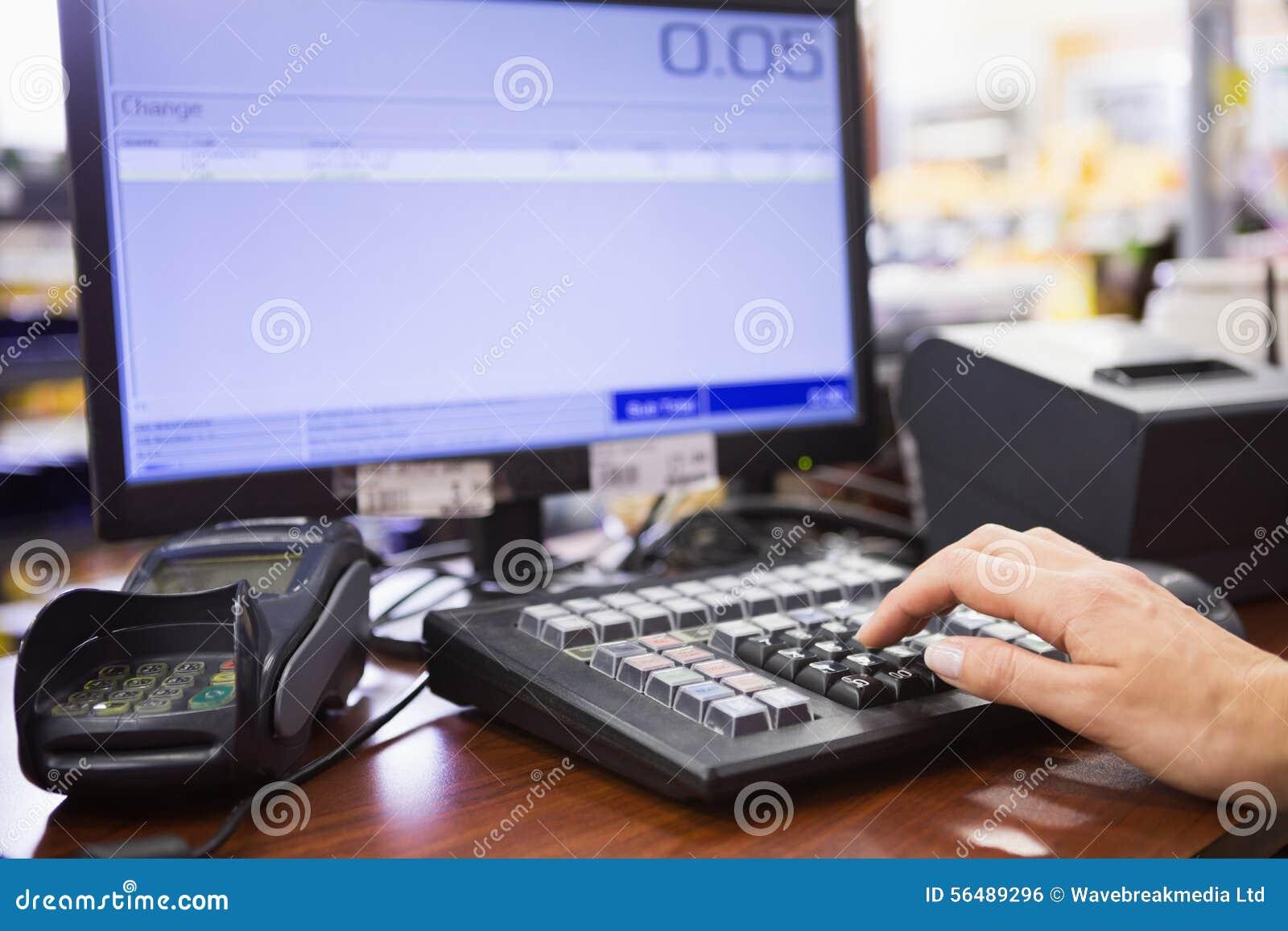 Main de la femme à l aide de l ordinateur
