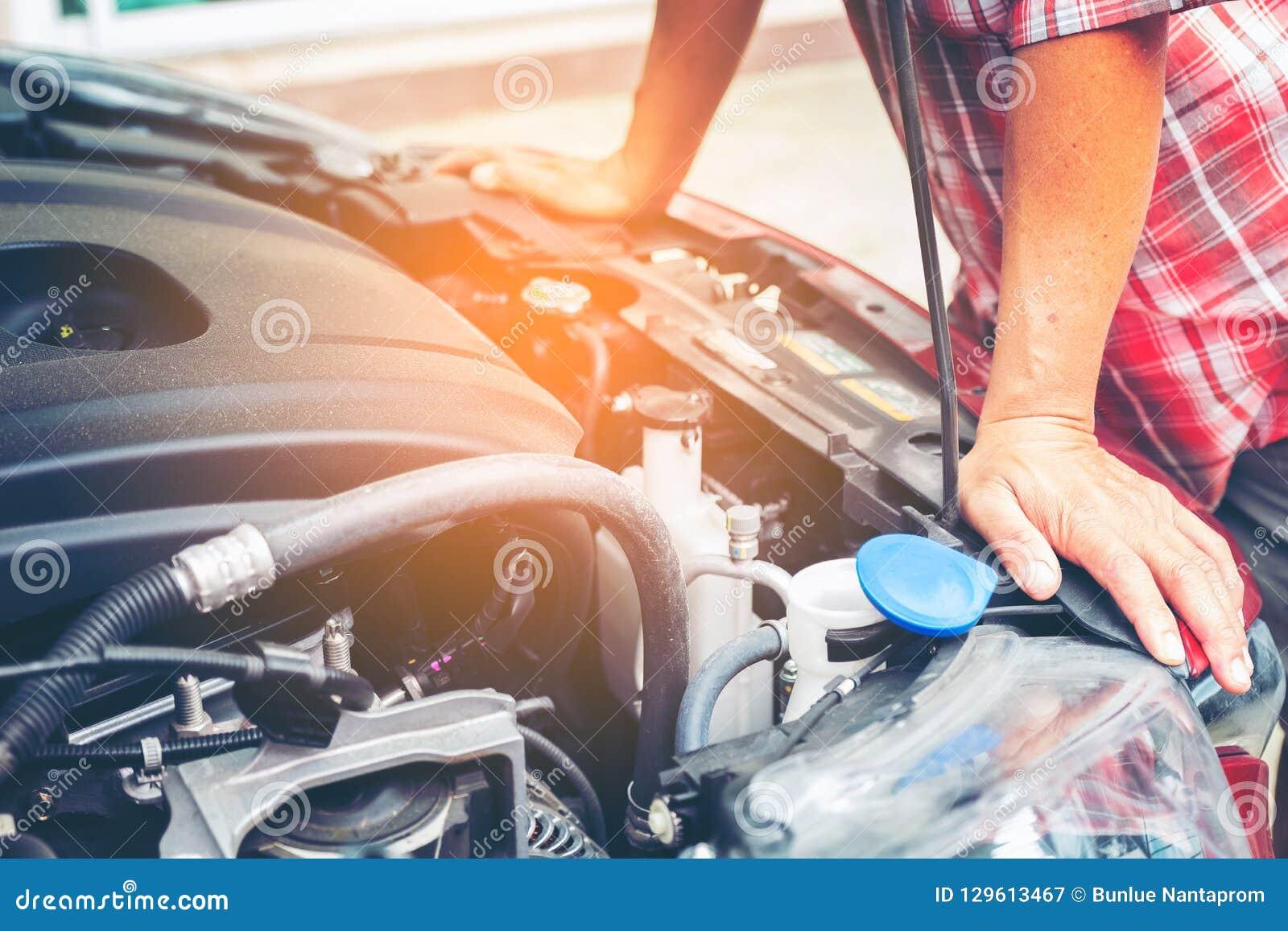 Main de mécanicien automobile avec une clé Enregistrement de mécanicien de réparation de voiture