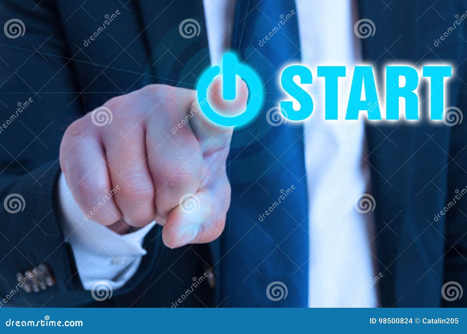 Main de plan rapproché d entrepreneur se dirigeant sur le bouton marche