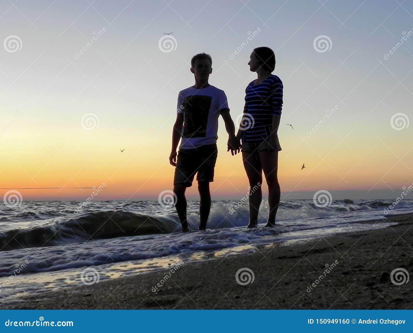 Main de prise de jeune homme et de femme