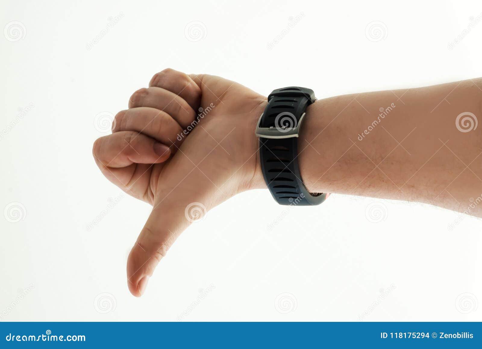 Main du ` s d hommes avec la montre intelligente sur le fond blanc Pouces vers le bas Émotion humaine