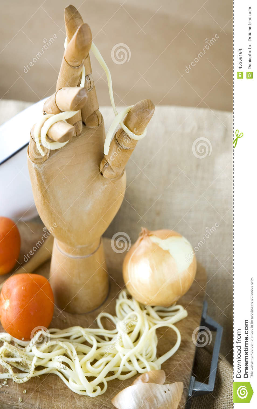 Main en bois dans la cuisine