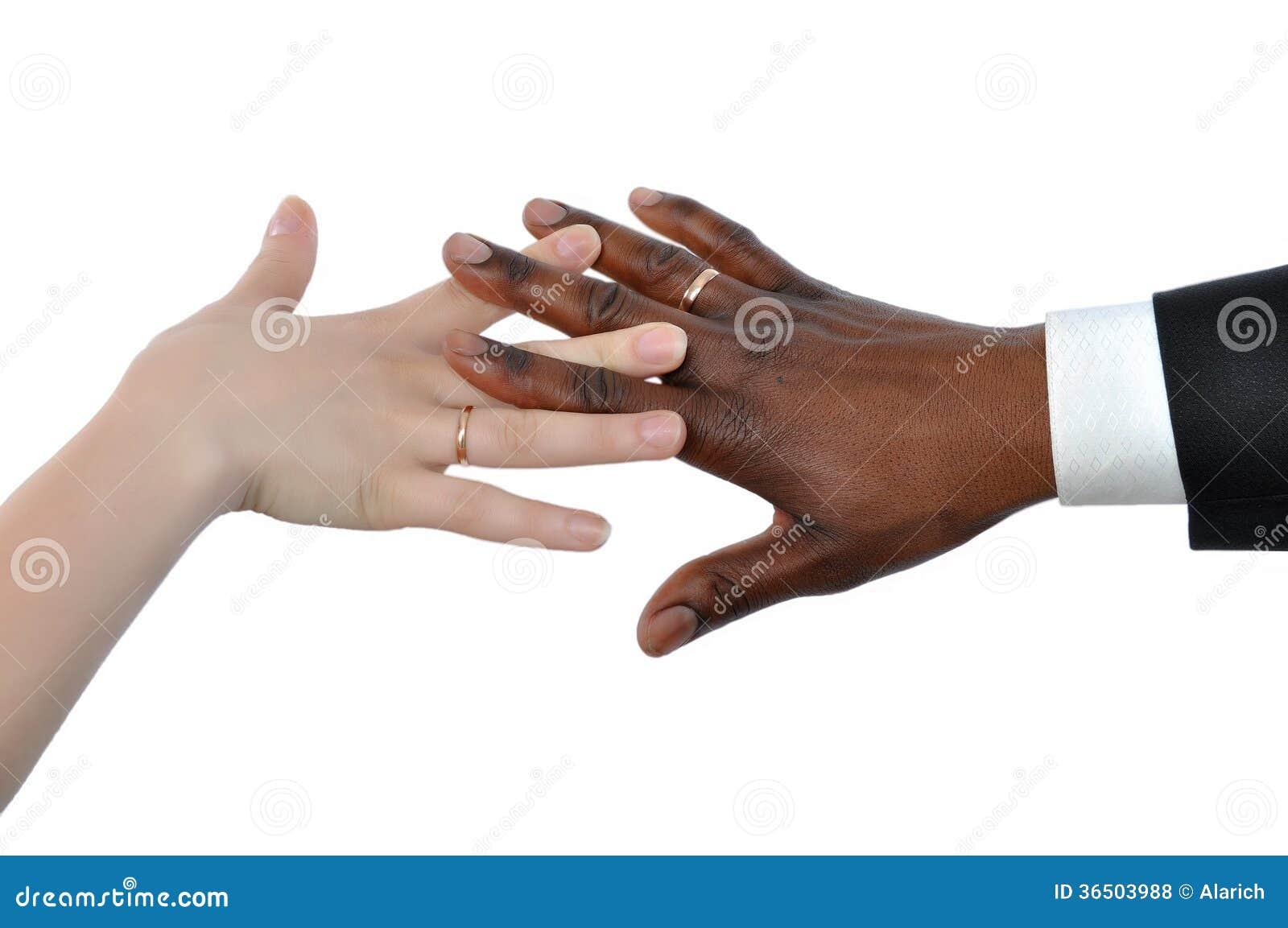 Main femelle de blanc et d homme de couleur