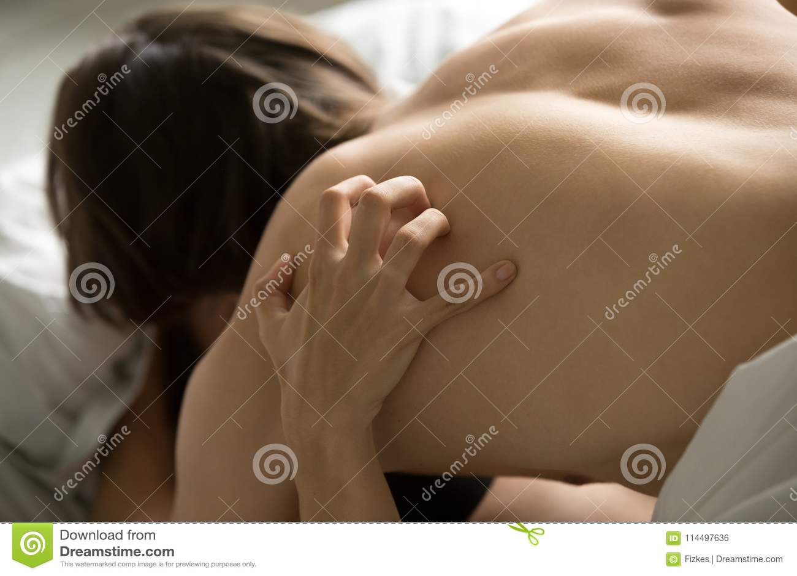 Orgasme féminin secouant