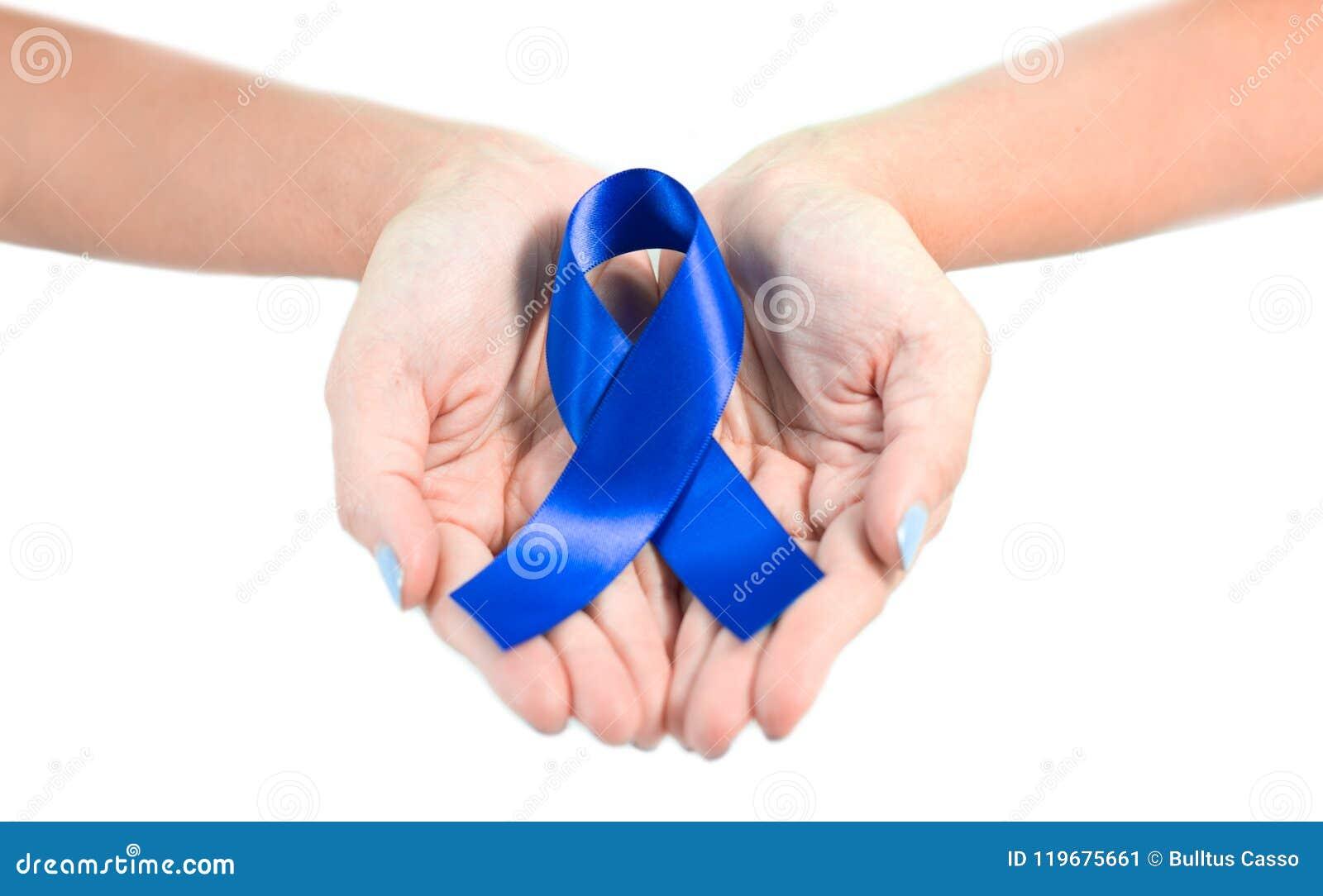 Main femelle tenant le ruban bleu de conscience