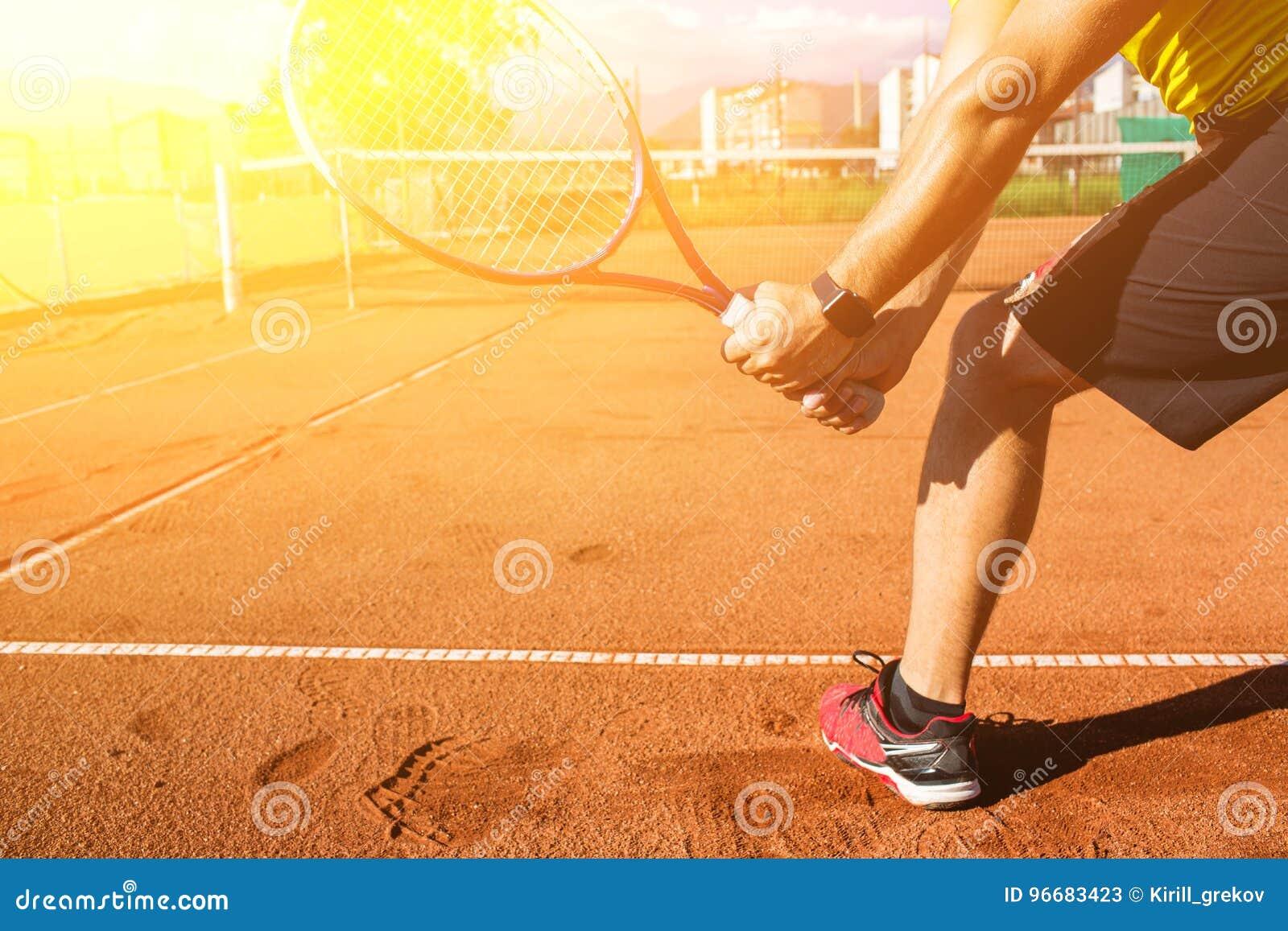 Main masculine avec la raquette de tennis