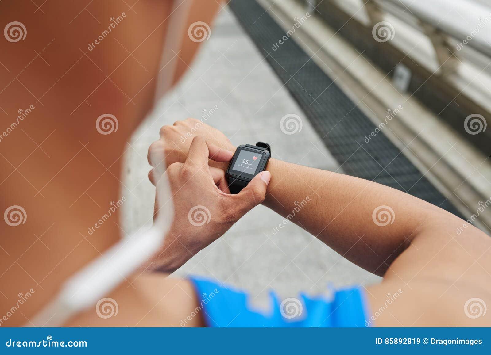 Main masculine avec le traqueur de forme physique