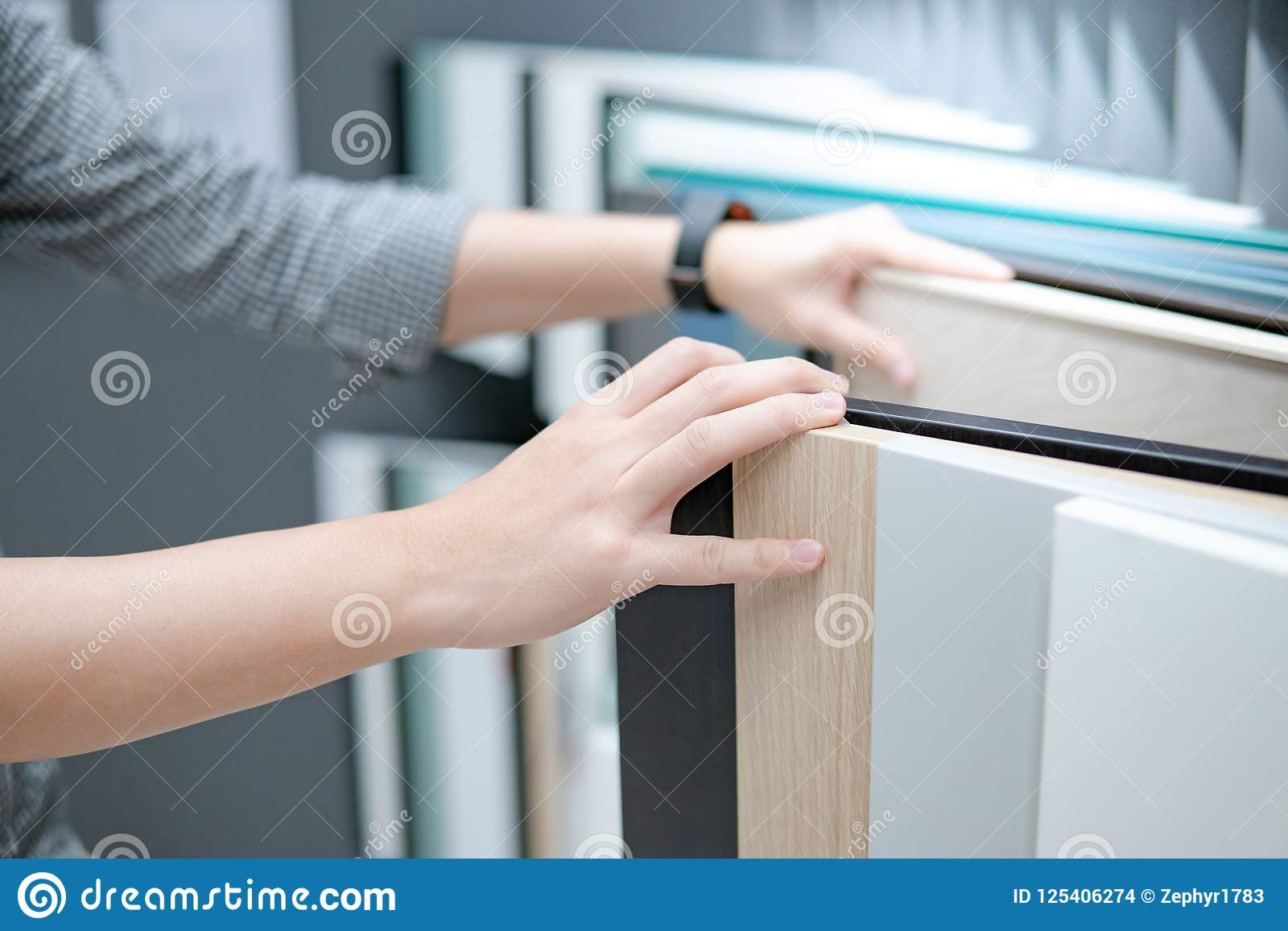 Main masculine choisissant des matériaux de coffret ou de partie supérieure du comptoir